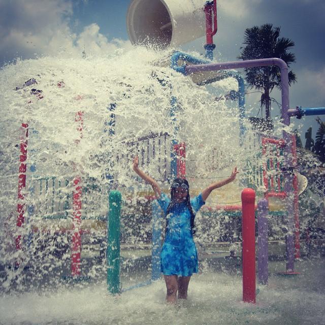 foto ember tumpah di balong waterpark