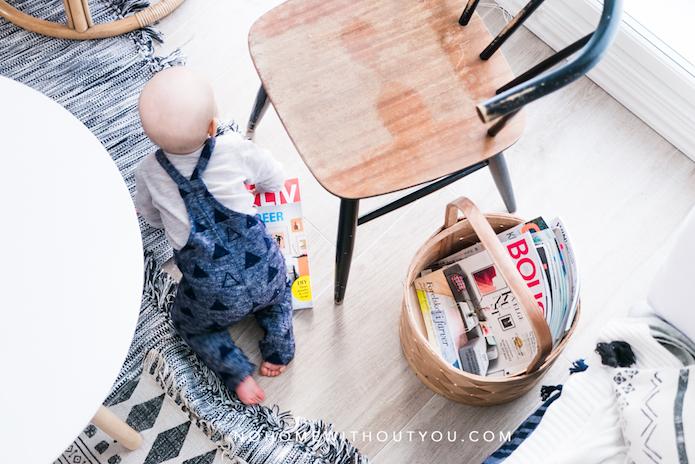 niño gateando sobre alfombra blanca y negra