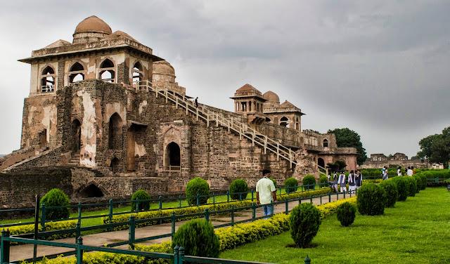 Jahaz Mahal inside