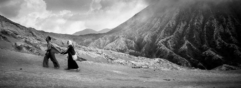 Photo panoramique de Jean-Christophe Béchet d'un couple marchant sur les pentes du Bromo à Java