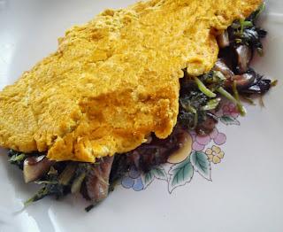 Tortilla vegana de tofu rellena de grelos y setas.