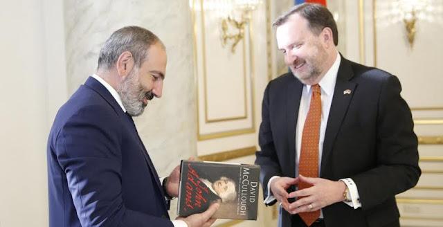 Pashinyan despide al embajador estadounidense Richard Mills