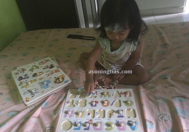 Izza lebih pilih puzzle daripada menggambar