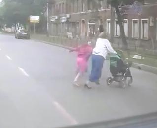 Brutal Atropello de una Mujer con sus Hijos
