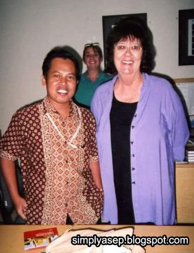 KANGGURU INDONESIA : Dokumen tahun 2005 saat saya masih aktif sebagai perwakilan KangGuru Australia di Indonesia, setiap pertemuan rutin tahunan diselemggaran di Denpasar, Bali. Saya sudah mengenalkan Batik dengan orang orang Australia yang bekerja di Bali. Foto IST