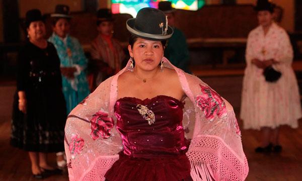 Inauguran en El Alto, un centro de formación para modelaje de cholitas