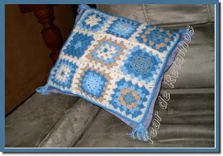 Almofada de quadradinhos de crochê para a decoração da sala.
