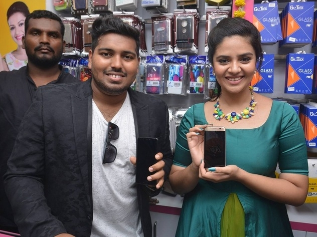 Sreemukhi launches Bnew Mobile store at Guntur