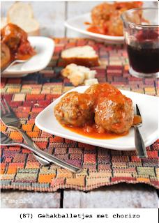 Spaanse gehaktballetjes met chorizo, noten en tomatensaus
