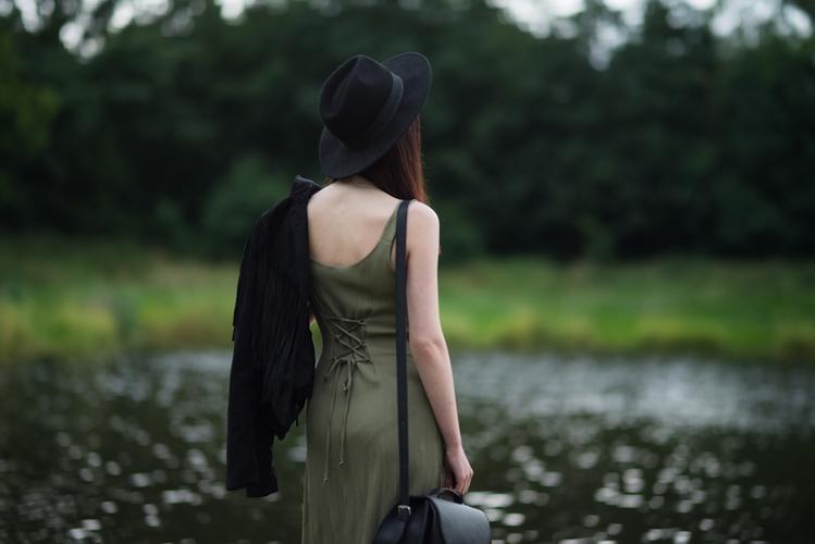 styl boho | zielona sukienka maksi | maxi dress | stylizacja z kapeluszem | frędzle | blog modowy | blog o modzie | blog szafiarski