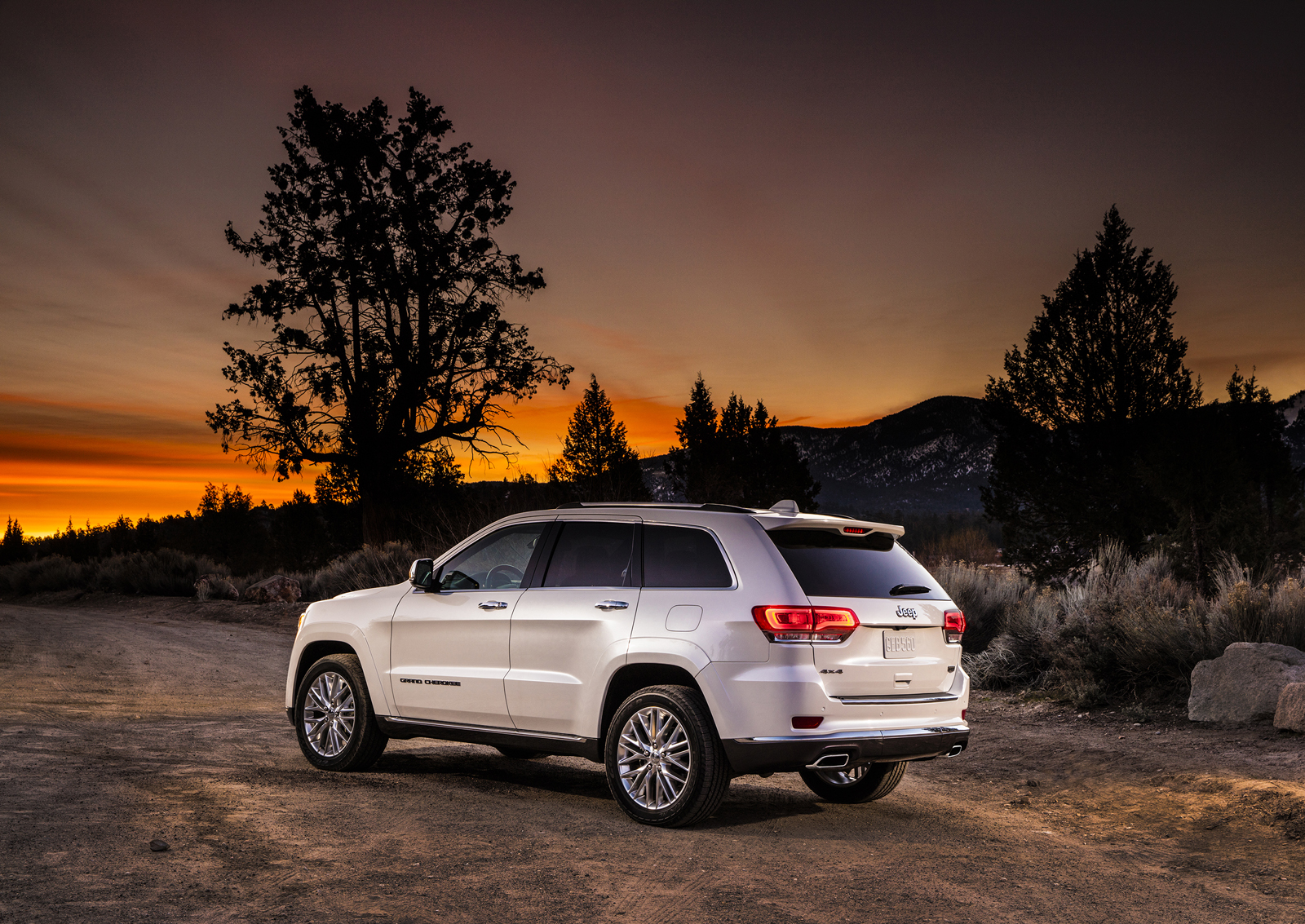 2017 jeep grand cherokee 4x4 earns 5 star nhtsa safety rating rwd model gets 4 stars carscoops. Black Bedroom Furniture Sets. Home Design Ideas