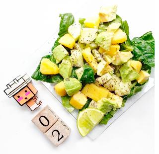 Una ensalada de tonos verdes, hojas de espinacas, piña, pepino, aguacate, con zumo de lima y chia