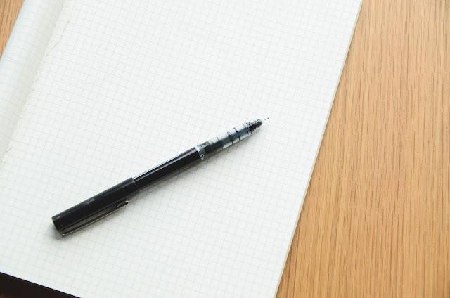 papier i długopis na drewnianym blacie