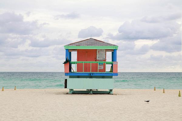 photographie de cabane sur la plage