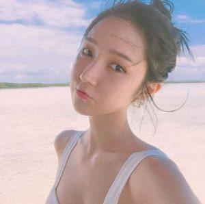 Tips Selfie dengan memperlihatkan background dan bibir monyong