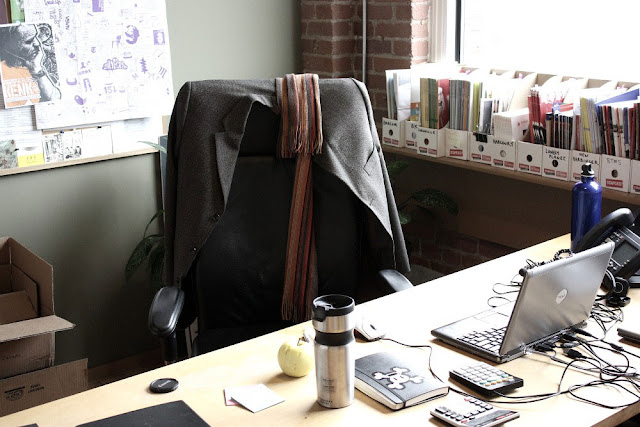 veste manteau chaise bureau