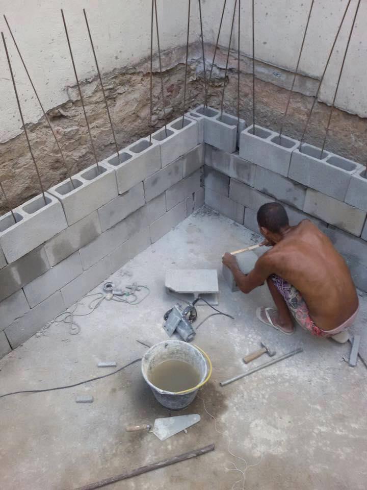 Como fabricar una piscina mitad de un autobs lleno de - Como se construye una piscina ...