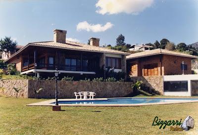 Construção da piscina em alvenaria com construção da residência em condomínio em Atibaia-SP com execução dos muros de pedra e execução do paisagismo.