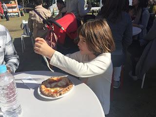 Paula degustando su pizza