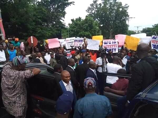 Benue Youths Blocks Convoy, Stops Ortom's Abuja Trip, Removes APC Flag