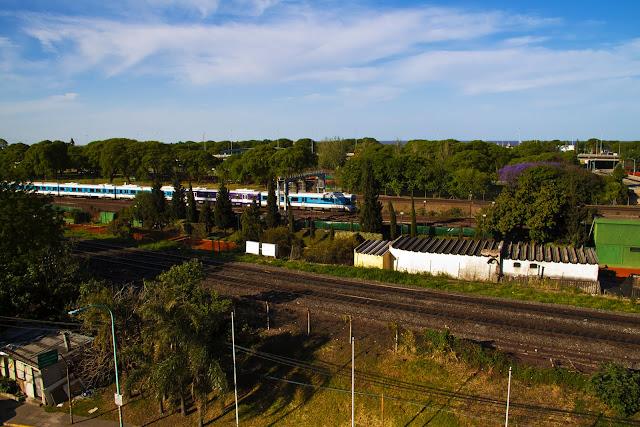 Tren marchando en la ciudad