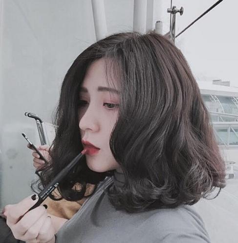 Phá cách với mái tóc ngang vai nhuộm và uốn xoăn - Kiểu Tóc Nữ Đẹp Nhất