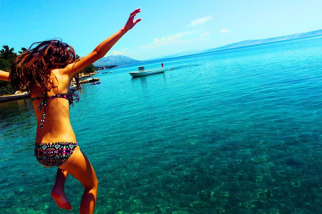 jeune fille qui plonge dans la mer - plage - beach - sun