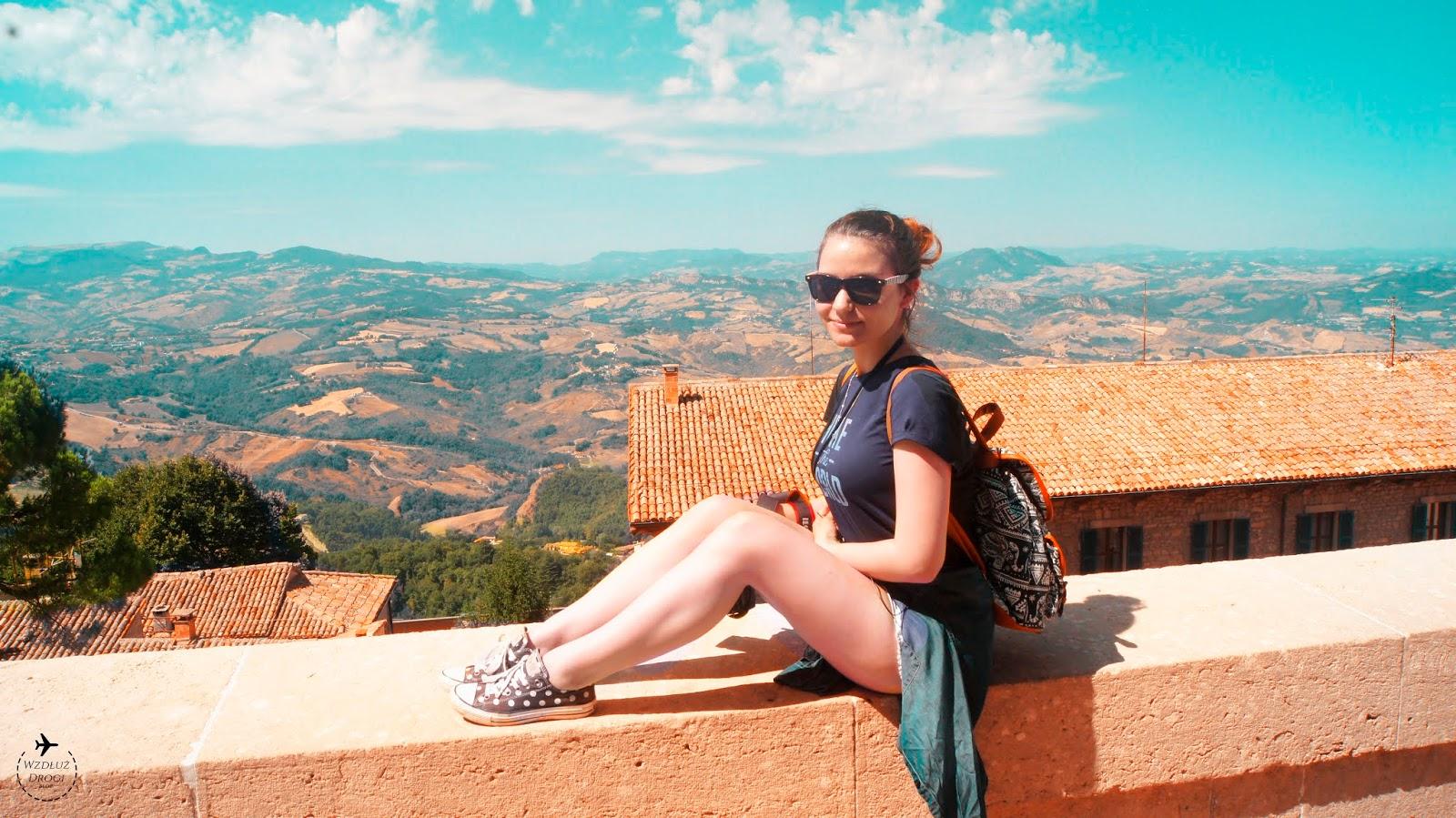 dziewczyna na tle włoskiego pejzażu