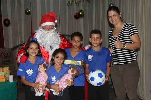 Senador Canedo: Entrega de presentes marca confraternização de menores do SCFV