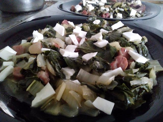 Receta con verdura de temporada en enero: salteado de acelgas, jamón y queso fresco de cabra