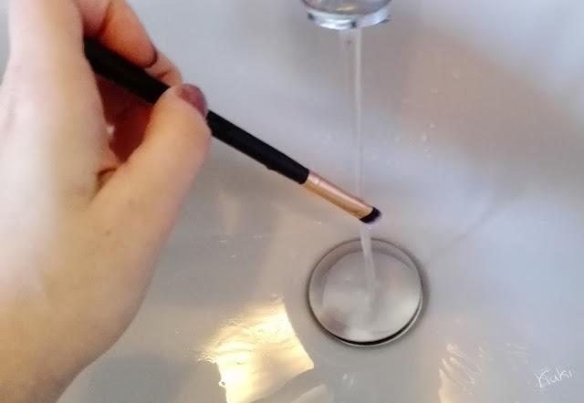 lavar pincel maquilhagem