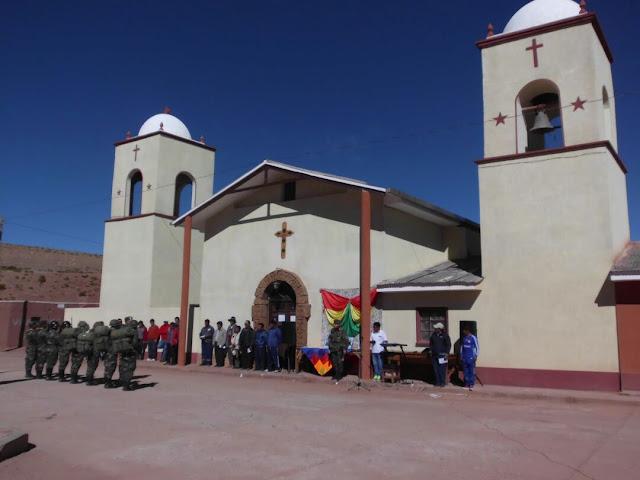 Die Parade mit dem Singen der Nationalhymne etc. spielte sich vor unserer Kirche in San Pablo ab.