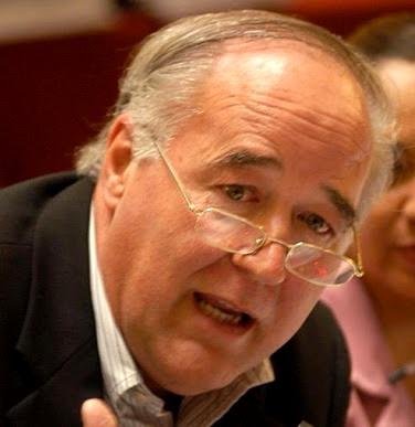 Foto de Víctor Andrés García Belaúnde hablando con lentes