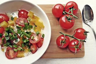 Letnia sałatka z serkiem wiejskim oraz warzywami