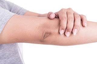 10 Cara Alami Memutihkan Siku dan Lutut Hitam