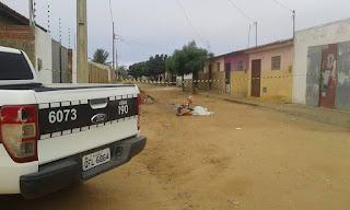 Homem é encontrado morto esfaqueado em frente à sua casa no bairro Bocão em Nova Floresta