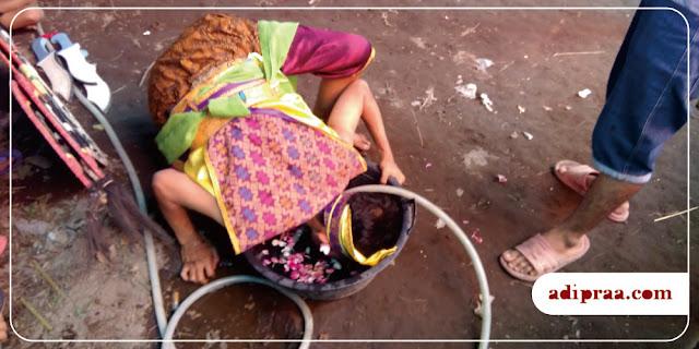 Pemain Jathilan mencelupkan kepalanya ke dalam air kembang | adipraa.com