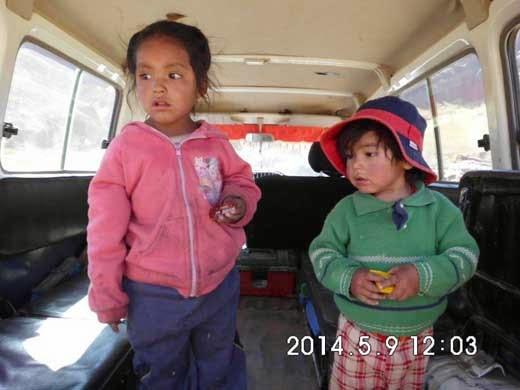 Die Kleinen beim Ausflug im Jeep