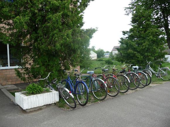 Батурин. Велосипедная стоянка возле здания городской администрации