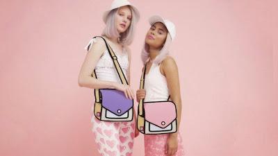 Dos modelos con bolsos de manos que parecen una caricatura 2D