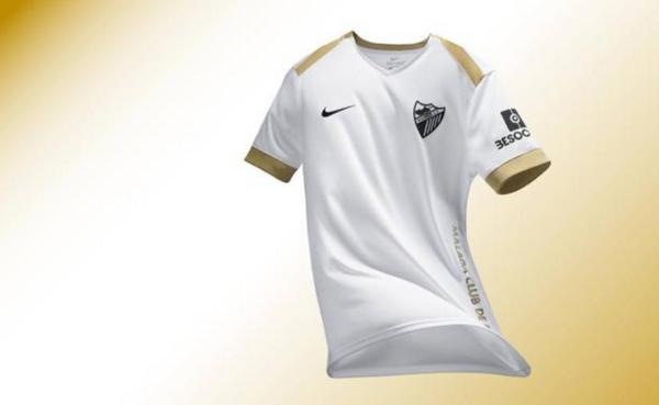 El fondo de la camiseta es blanca con el escudo y el logotipo de Nike en  negro mientras que el dorado figura en el costado izquierdo 9cb0c6764bab1