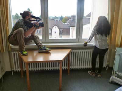 Inab am Fester, der Kameramann hockt auf der Fensterbank