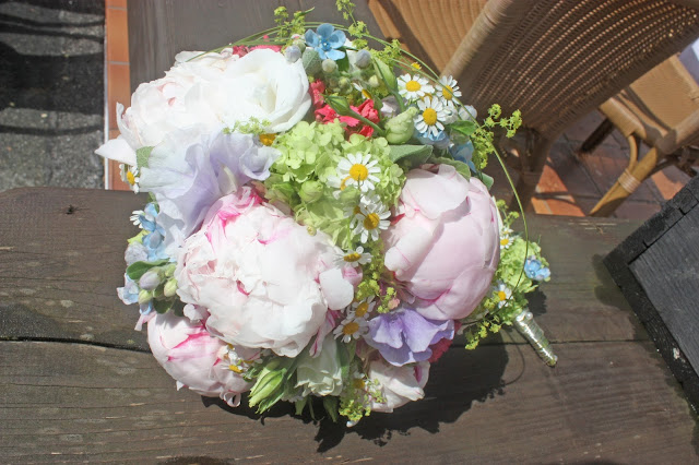 Wiesenblumen-Brautstrauß und Boutonniere mit Pastellfarbenen Wiesenblumen und Pfingstrosen - Passiflori Penzberg - Bridal bouquet with peonies and pastel coloured meadow flowers