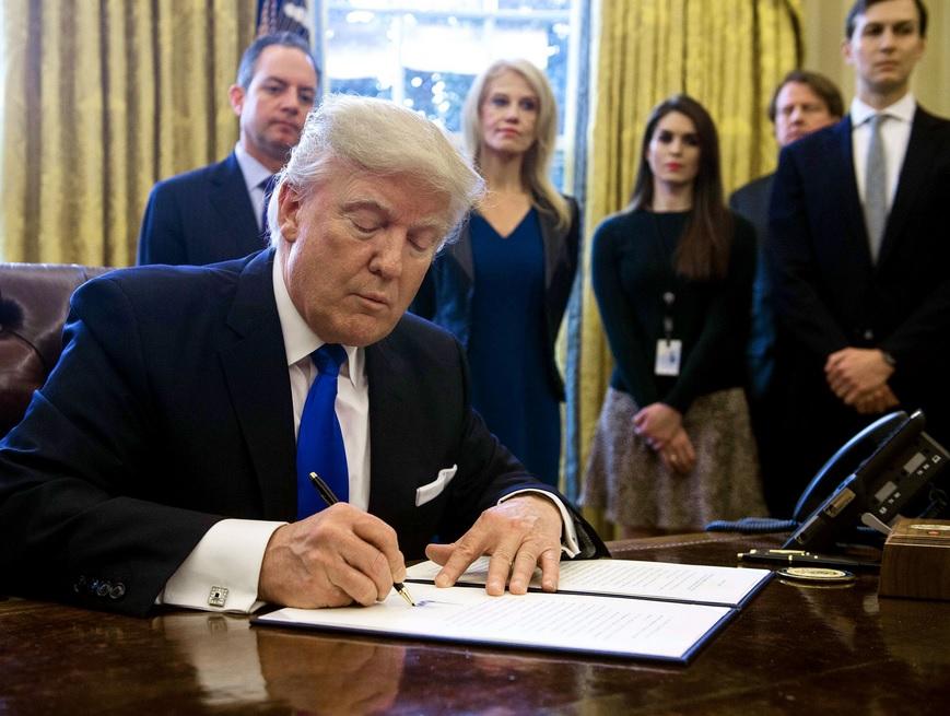 Donald Trump tanda tangan