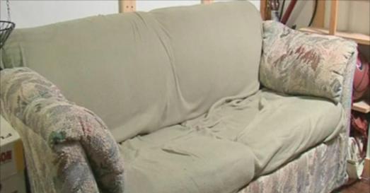 Ils ont acheté un canapé à 20 euros : ce qu'ils ont trouvé dedans est incroyable !