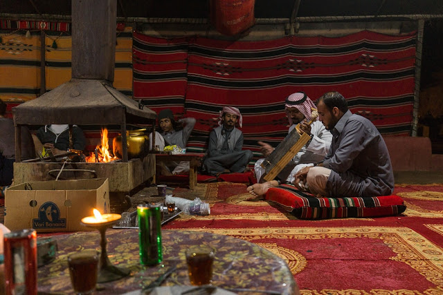 Música en la cena del Wadi Rum Starlight Camp Jordania