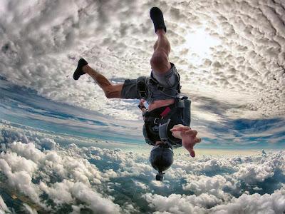 foto terbalik melayang di angkasa