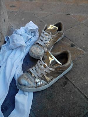 Benjamin Vilella - Calzado femenino abandonado (abandoned women's shoes)