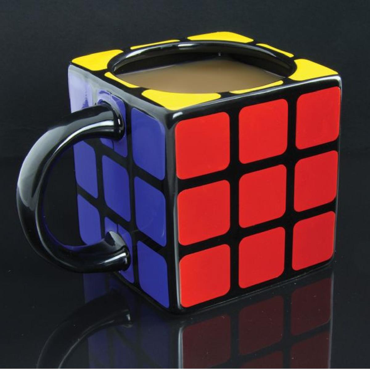 Une tasse ou un mug en forme de Rubik's Cube