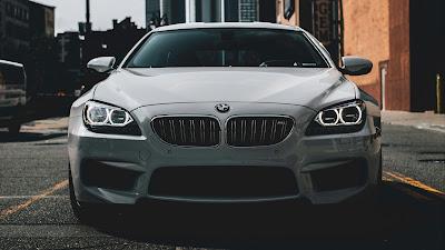 Coche deportivo BMW en modo dark